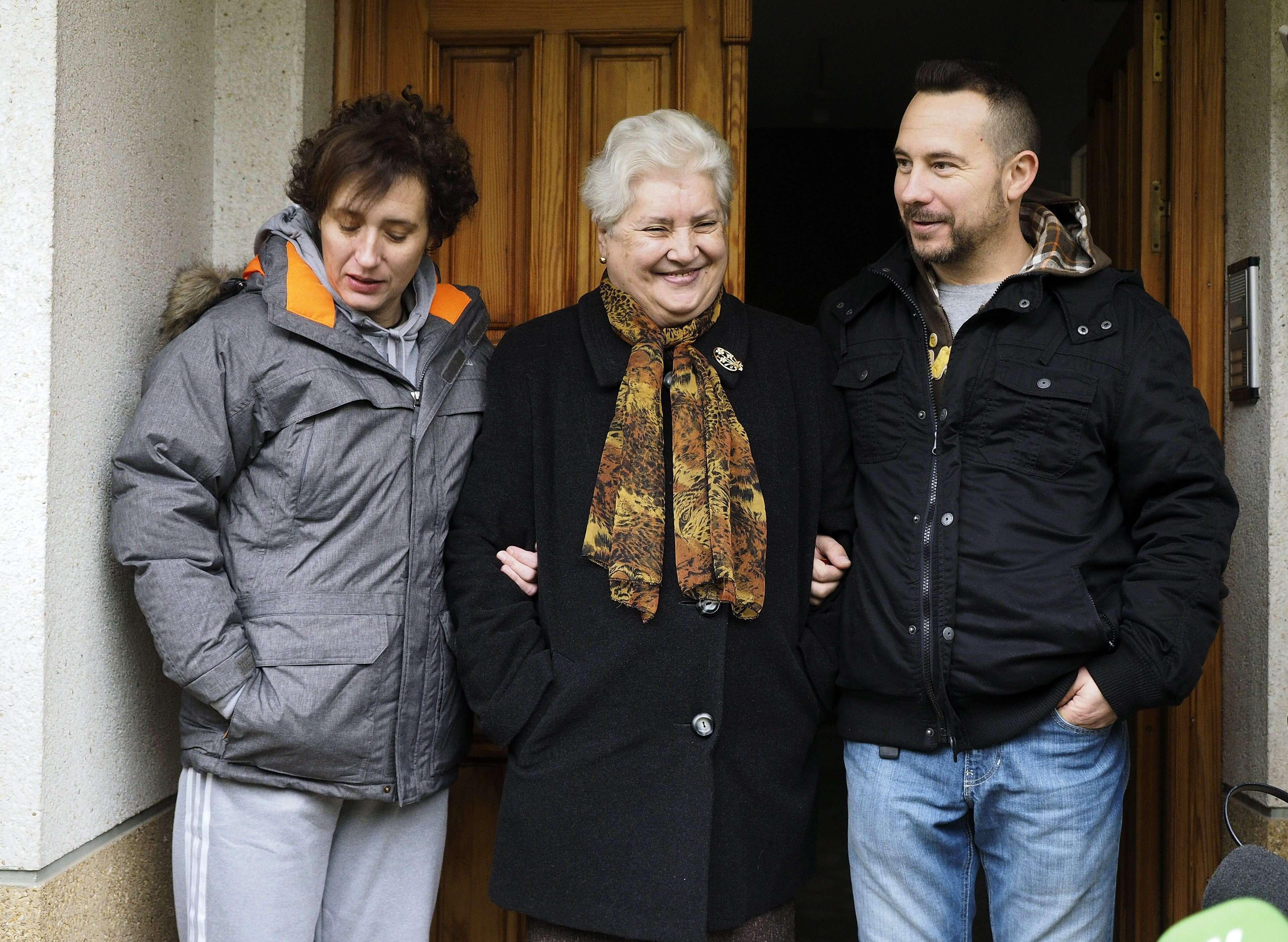 La auxiliar de enfermería Teresa Romero (i), junto a su marido, Javier Limón, y su madre, Jesusa Ramos (c). Foto: EFE en español