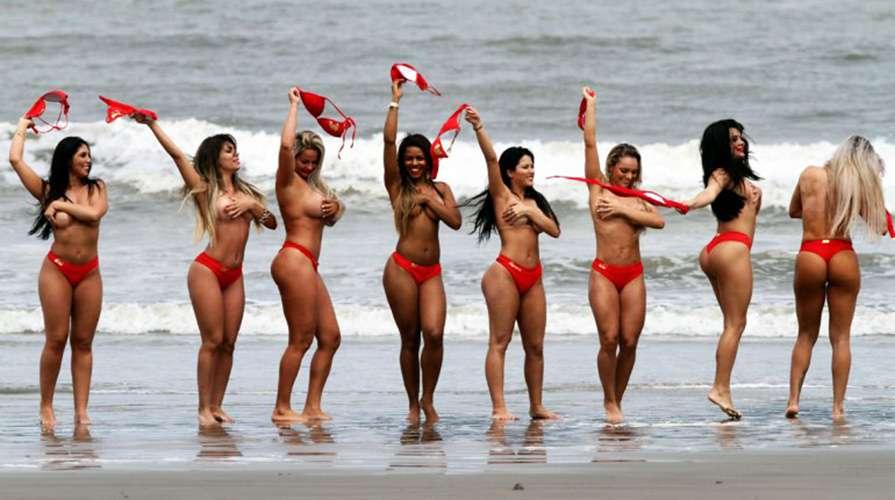 Las ocho mujeres candidatas al mejor trasero del país amazónico llegaron hasta la playa de Río de Janeiro y sorprendieron gratamente sacándose la parte de arriba de su bikini. La gran final será el próximo 17 de noviembre. Foto: Reproducción