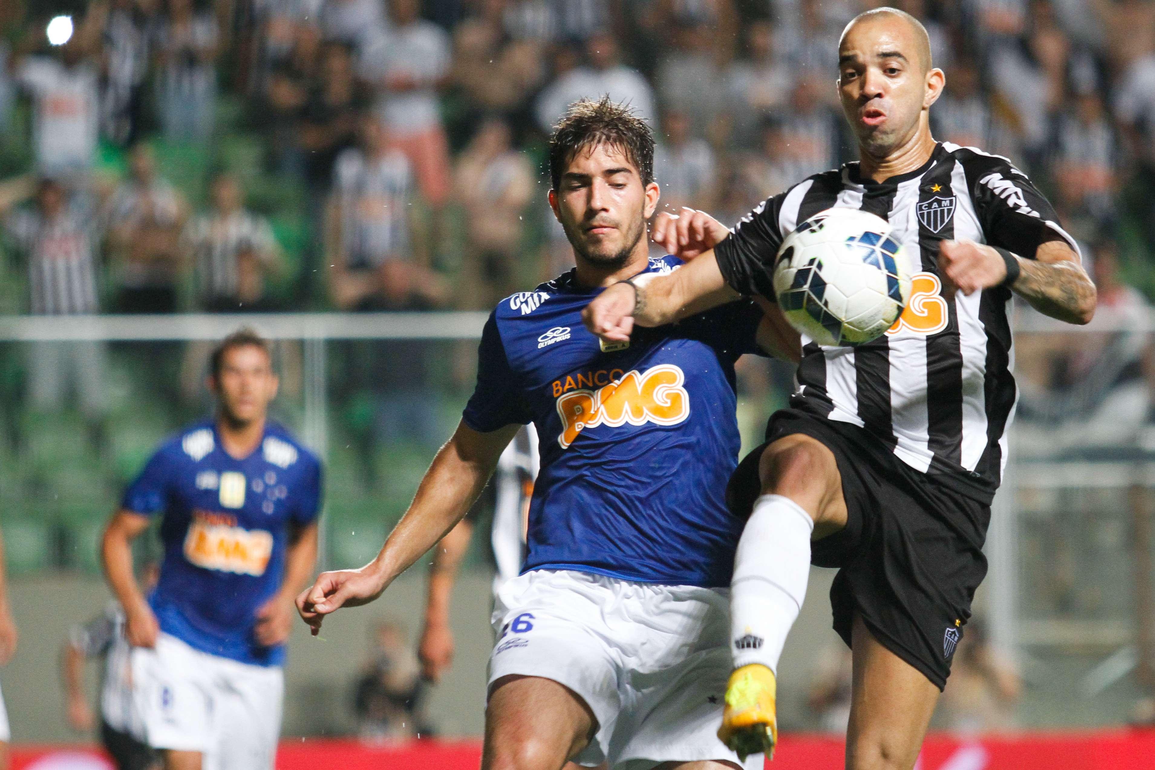 Diego Tardelli e Lucas Silva disputam bola em final Foto: Ramon Bittencourt/Agência Lance