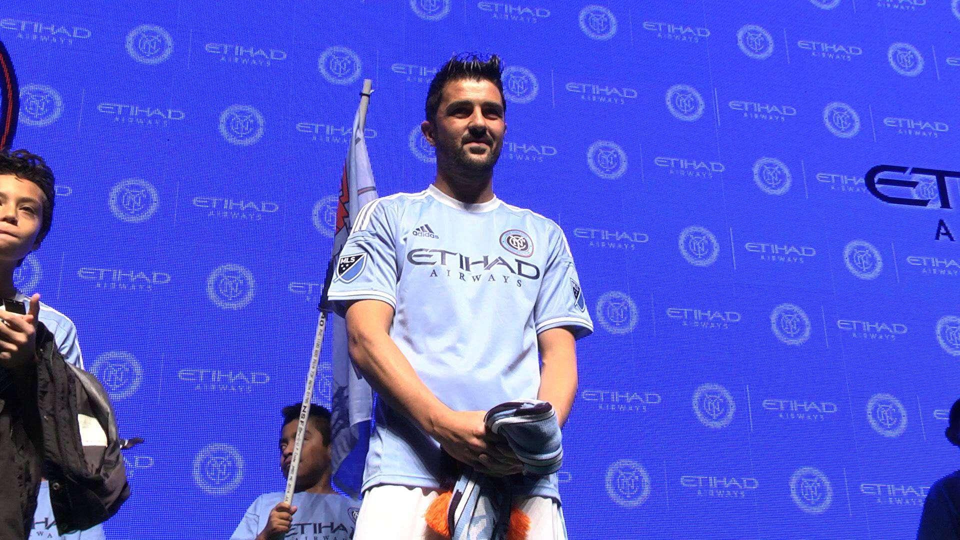 David Villa posa con la nueva camiseta del New York City FC Foto: Manuel Echeverria