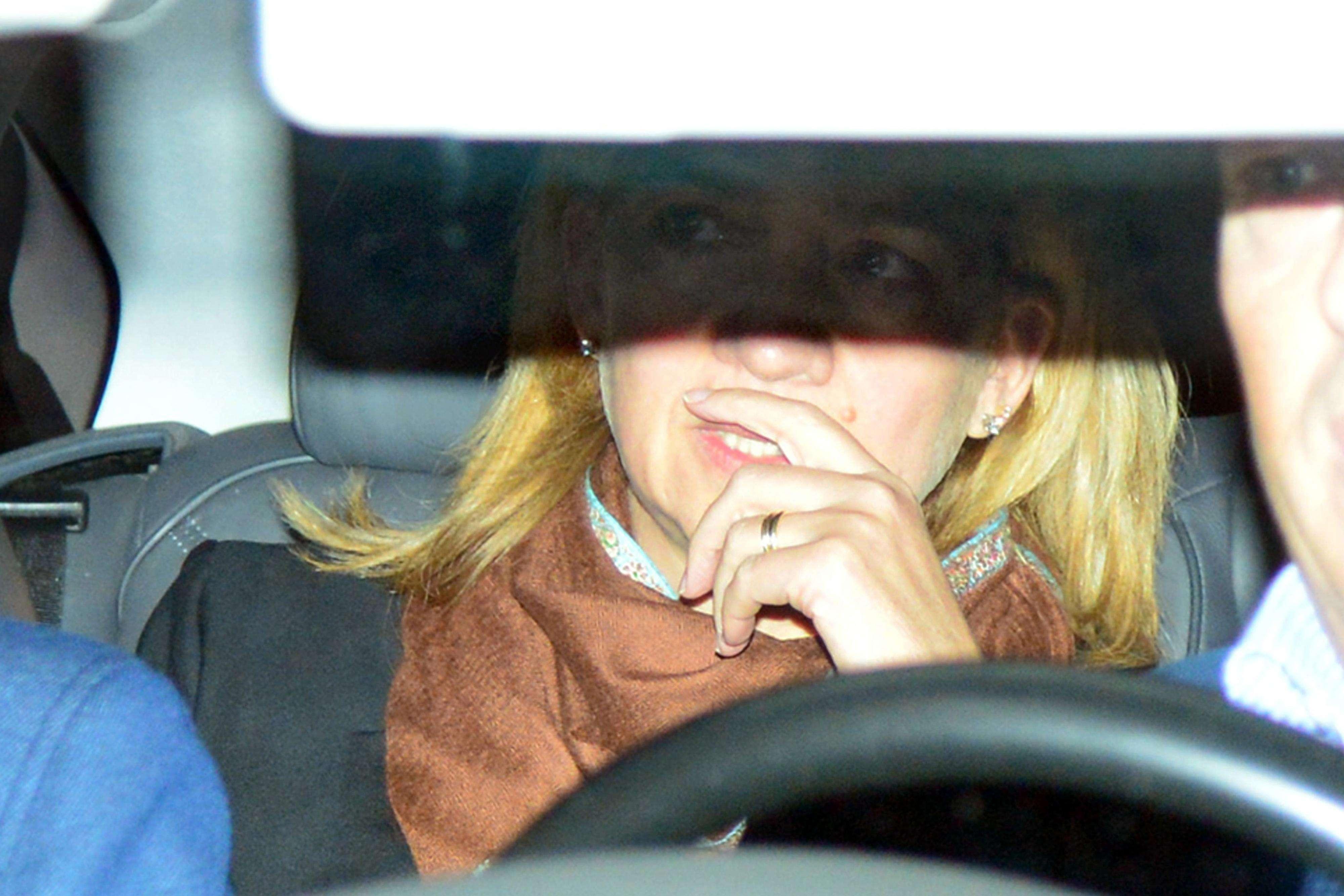 La infanta Cristina y su marido, Iñaki Urdangarin, viajaron este lunes a Barcelona, donde estuvieron reunidos con sus abogados. Después, el duque de Palma abandonó la ciudad condal desde el aeropuerto del Prat, hasta donde fue escoltado por la Guardia Civil. Allí, accedió al avión en una escalerilla distinta al resto de pasajeros. Foto: Gtres