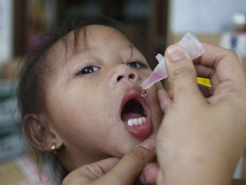 El progreso para erradicar el sarampión se estancó y las muertes a causa de la contagiosa enfermedad aumentaron el año pasado, al tiempo que surgieron extensos brotes por la insuficiente cobertura de vacunación, dijo el jueves la Organización Mundial de la Salud (OMS). En la imagen, una niña recibe una vacuna contra el sarampión en Manila, el 3 de septiembre de 2014. Foto: Erik De Castro/Reuters