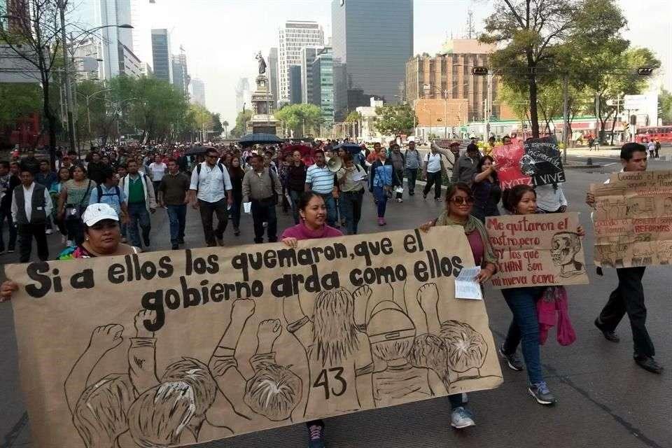 Los manifestantes portan pancartas sobre el caso Ayotzinapa Foto: Óscar Mireles/Reforma
