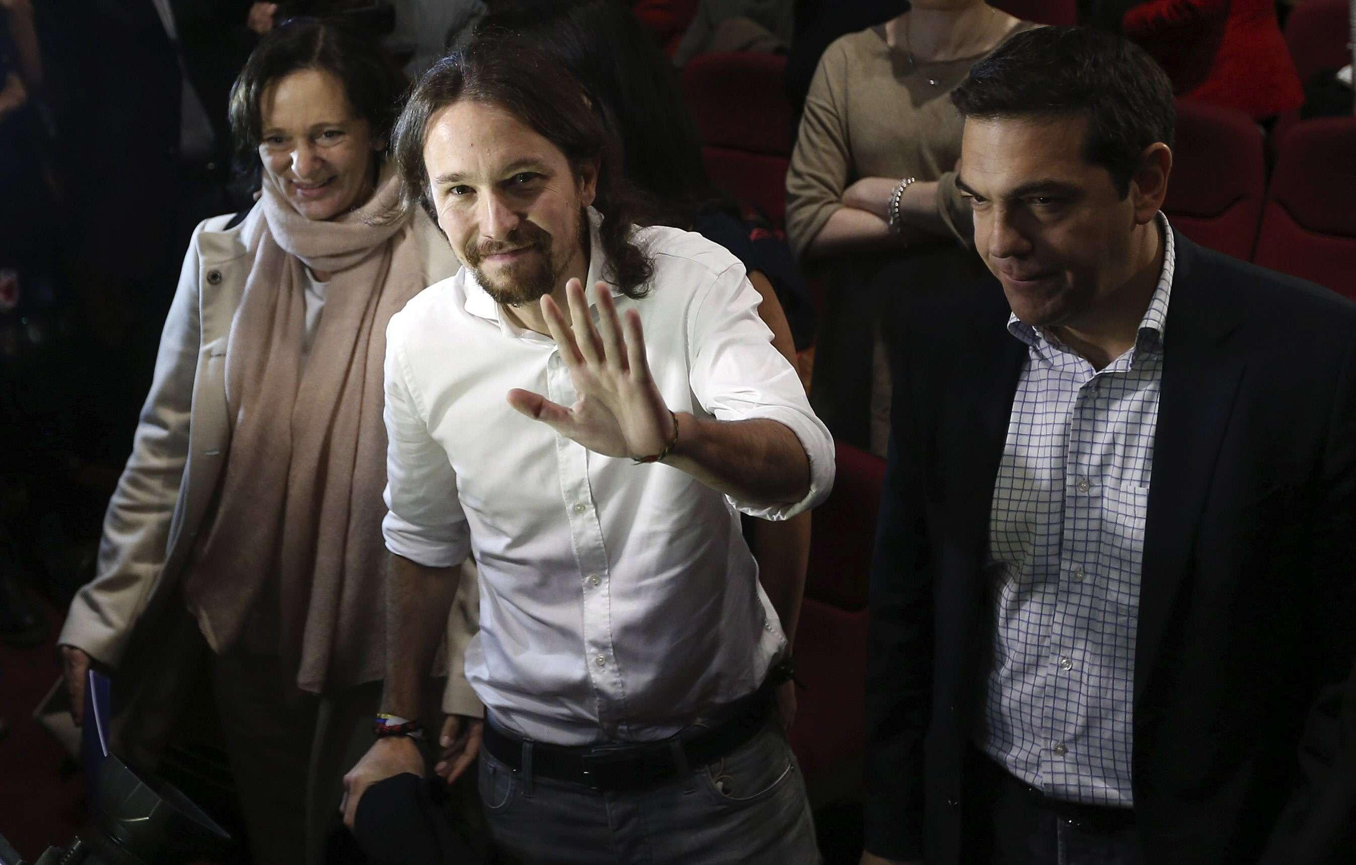 El líder de Podemos, Pablo Iglesias (c), junto al dirigente del partido izquierdista griego Syriza, Alexis Tsipras (d), a su llegada al congreso de Podemos en el que se han dado a conocer los resultados sobre las votaciones para el órgano estatal de esta formación, hoy en el Teatro Nuevo Apolo de Madrid. Foto: EFE en español