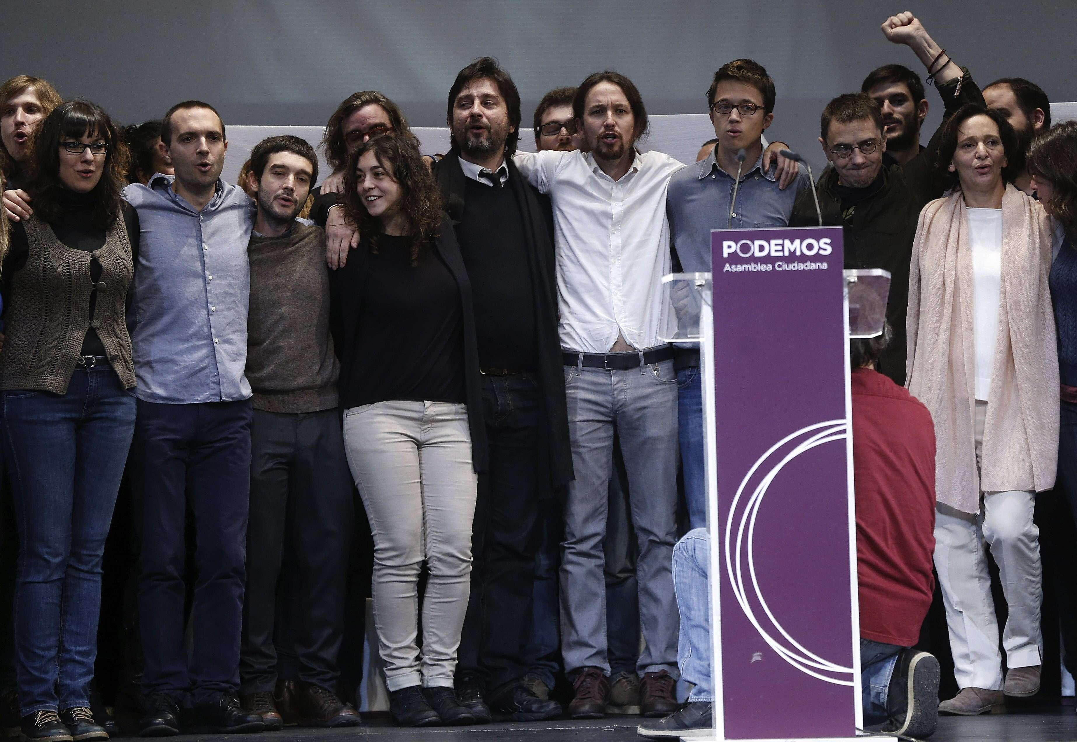 El líder de Podemos, Pablo Iglesias (4ºd), junto a los miembros de su equipo, durante el acto de clausura de la Asamblea Ciudadana en el que han dado a conocer la nueva dirección, hoy en el Teatro Nuevo Apolo de Madrid. Foto: EFE en español