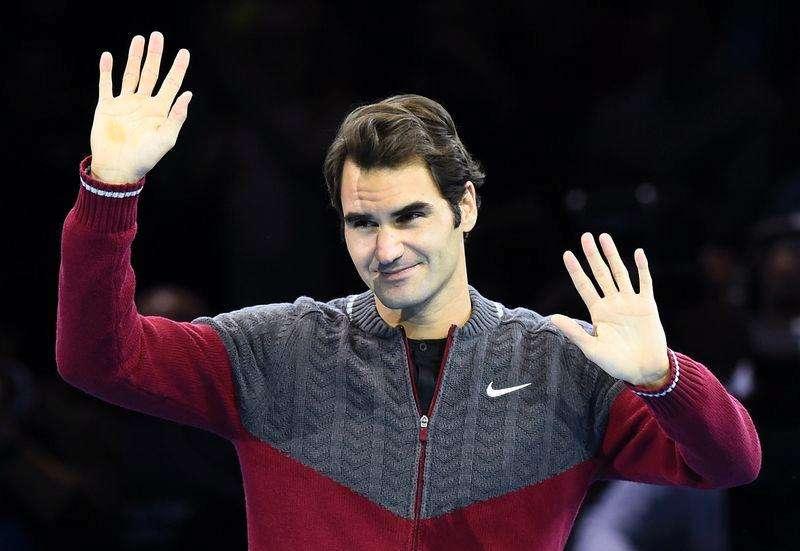 El tenista suizo, Roger Federer, se disculpa ante el público tras anunciar que no se presentará a disputar la final del Masters de la ATP por una lesión. Foto: Dylan Martinez/Reuters