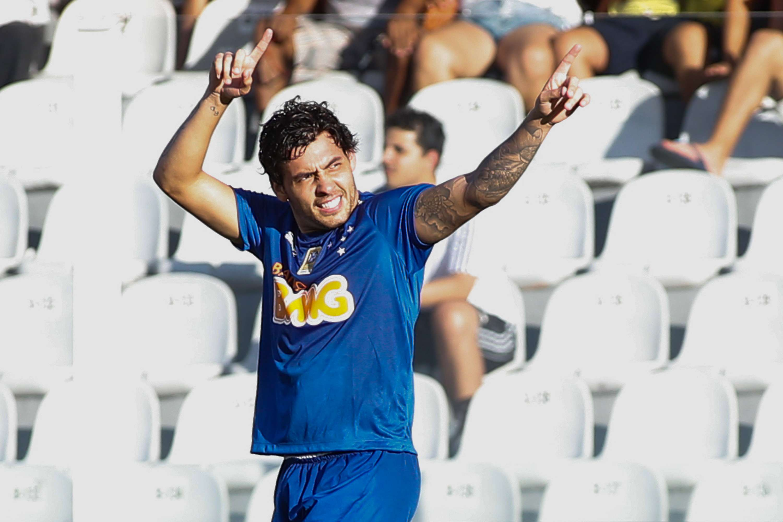Ricardo Goulart comemora gol da vitória cruzeirense Foto: Alexandre Schneider/Getty Images
