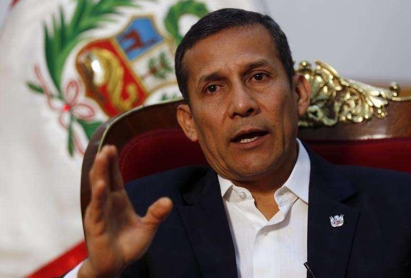El presidente peruano Ollanta Humala habla durante una entrevista con Reuters en el Palacio de Gobierno en Lima. 12 de julio de 2014. La aprobación a la gestión del presidente peruano Ollanta Humala bajó levemente en noviembre, en medio de la preocupación por la seguridad ciudadana y un escándalo que involucra a un ex asesor de su campaña, mostró el domingo una encuesta. Foto: Mariana Bazo/Reuters