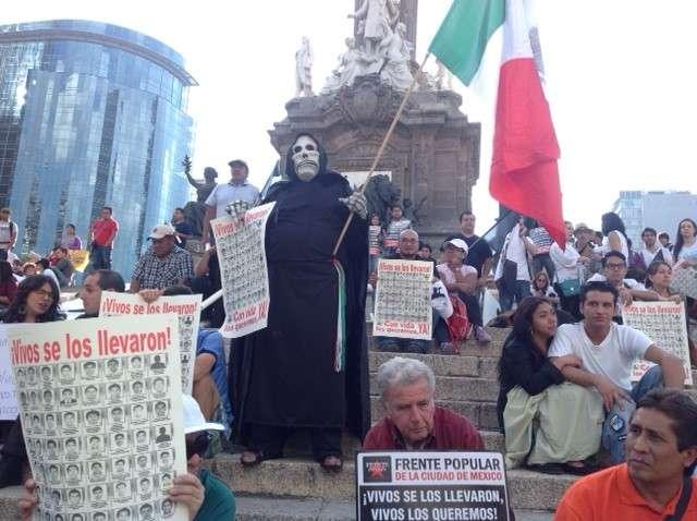 Cientos de personas salieron del Ángel de la Independencia para protestar por la desaparición de los 43 normalistas de Ayotzinapa, y el ingreso de la Policía capitalina a Ciudad Universitaria. Foto: Terra