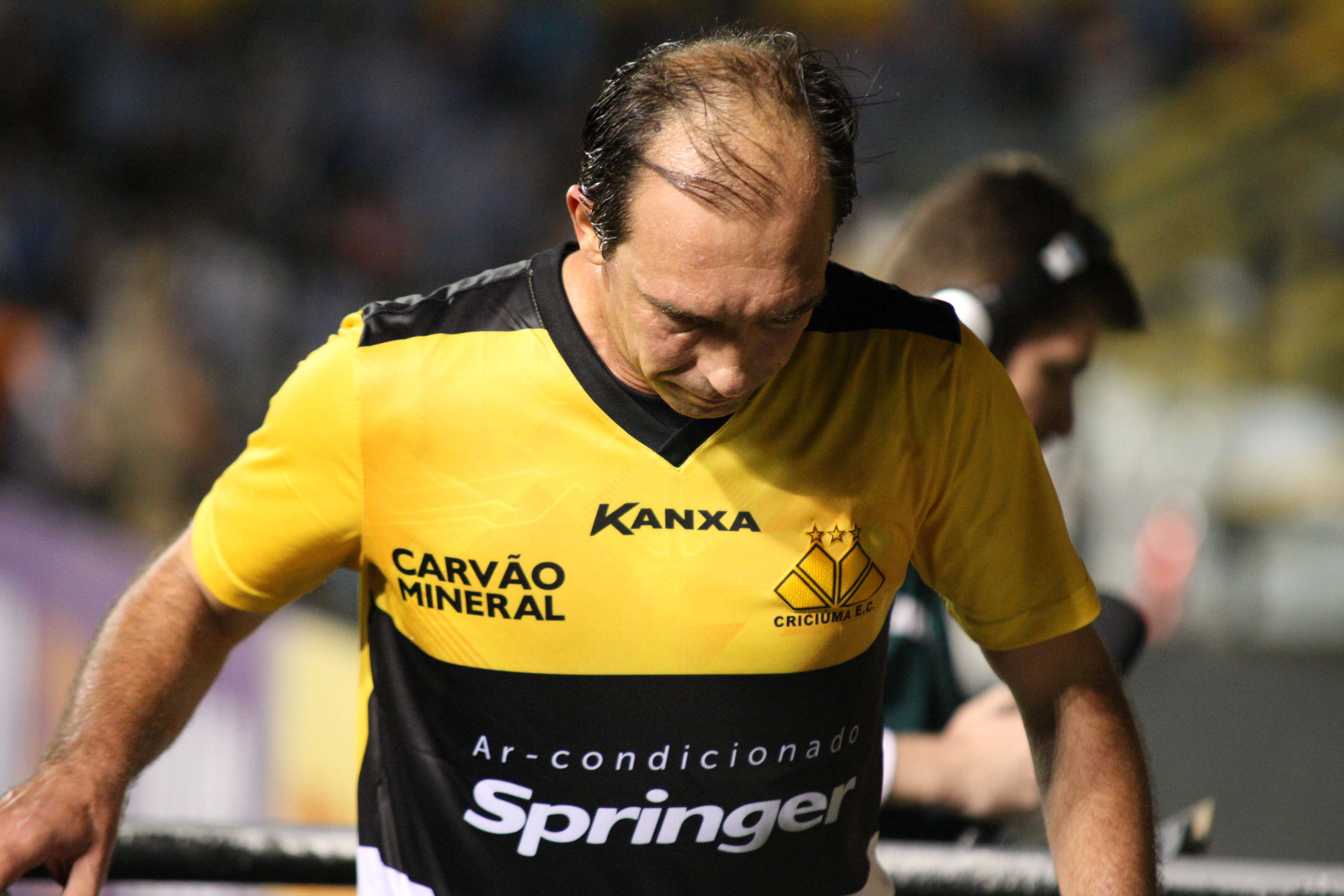 Paulo Baier sai cabisbaixo após derrota no Heriberto Hülse Foto: Alan Pedro/Getty Images