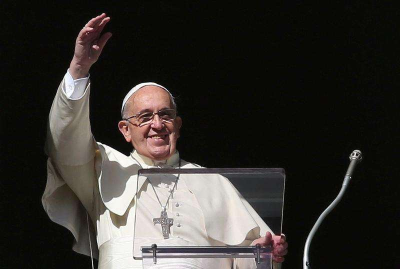Papa Francisco acena ao público durante missa Angelus de domingo na Praça de São Pedro, Vaticano. 16/11/2014. Foto: Alessandro Bianchi/Reuters