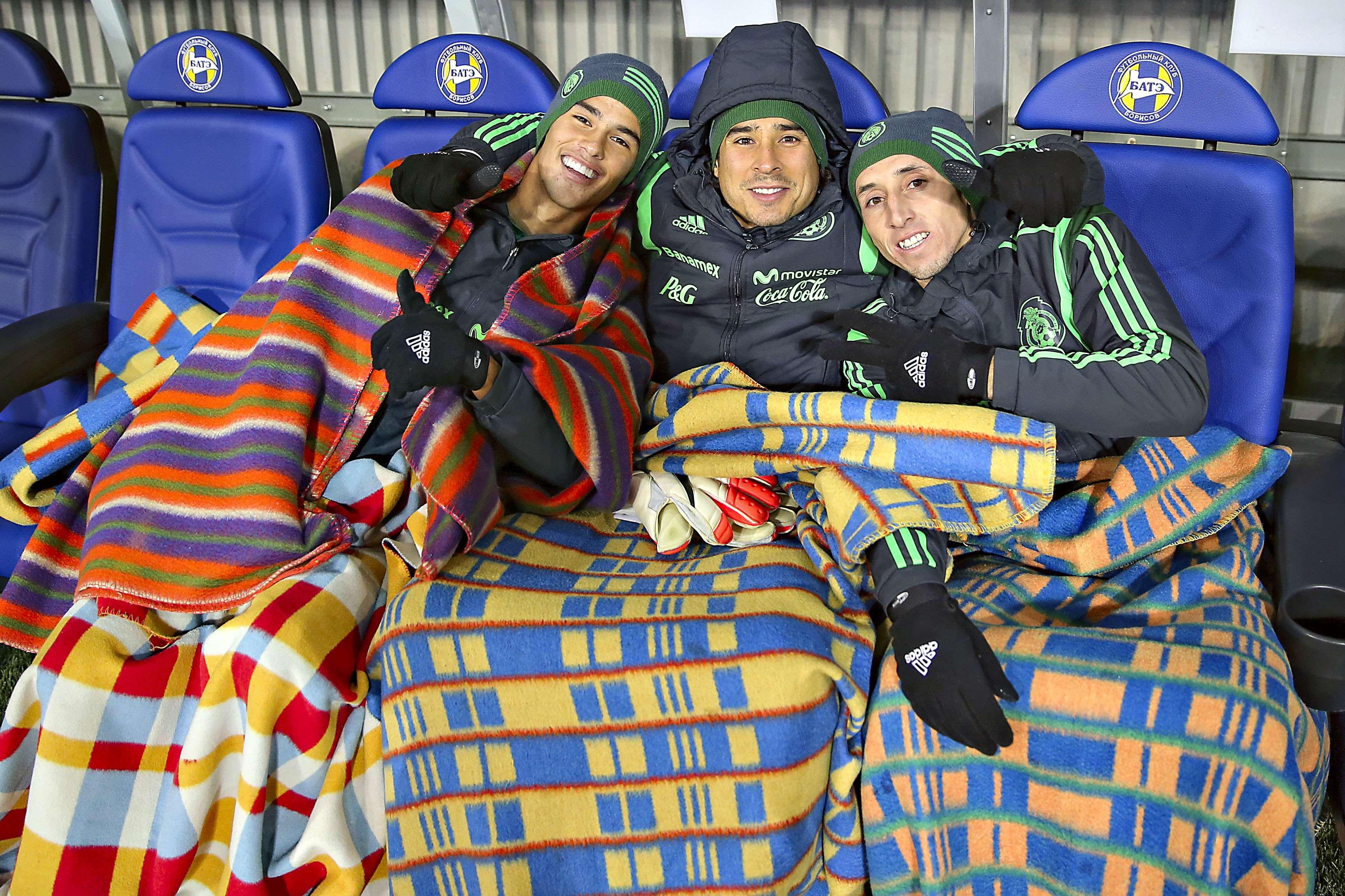 Diego Reyes, Guillermo Ochoa y Héctor Herrera sufren con el frío la visita de México ante Bielorrusia. Foto: Imago7