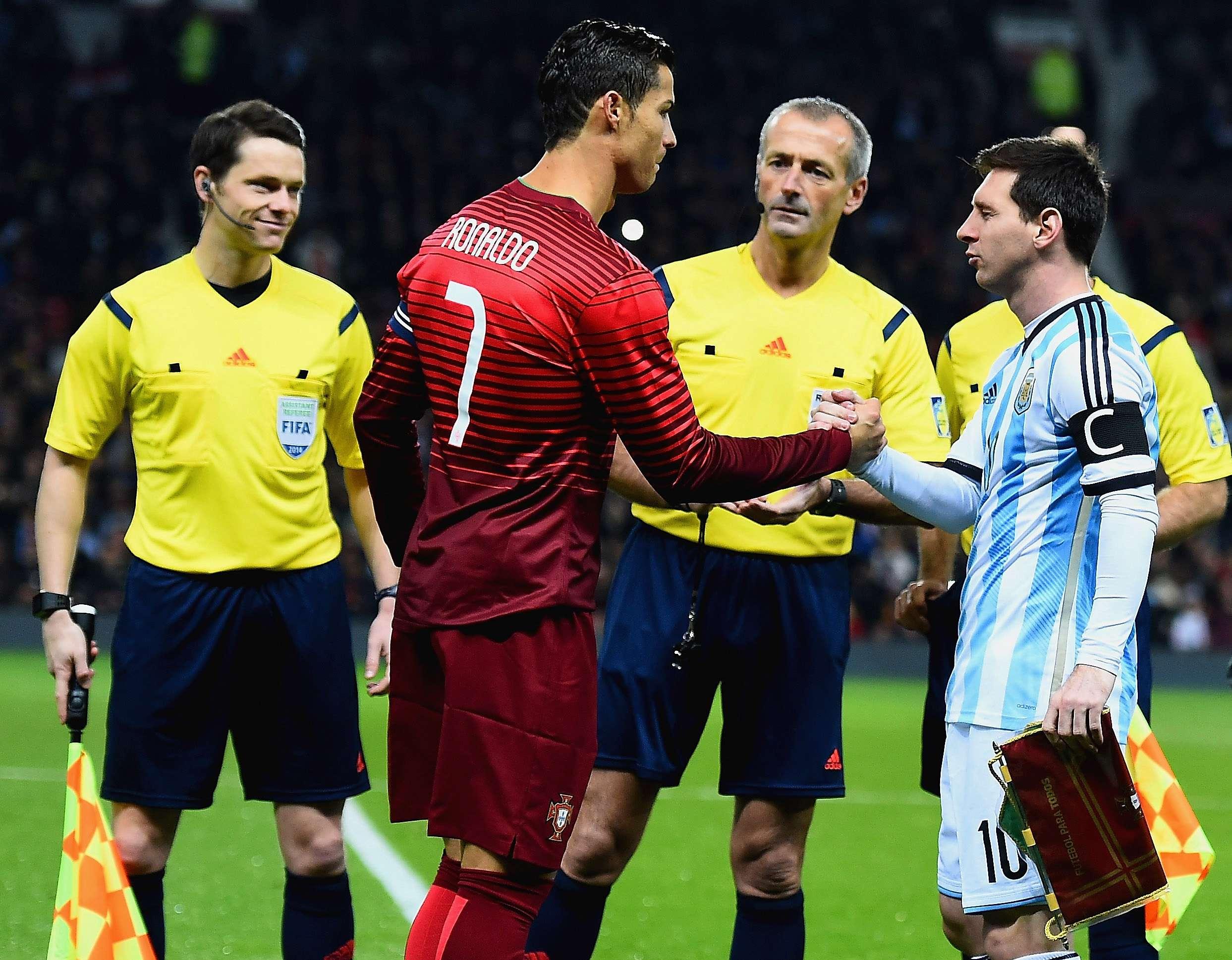 El saludo de Lionel Messi y Cristiano Ronaldo previo al inicio del juego entre Argentina y Portugal. Foto: Getty Images