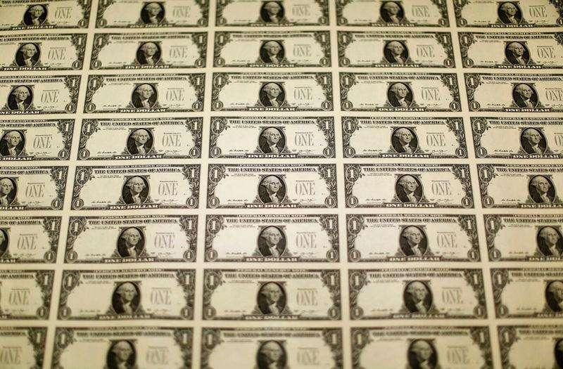 Plantillas de billetes de un dólar en la Oficina de Grabado e Impresión de Estados Unidos en Washington, nov 14 2014. El dólar se debilitaba contra el euro el martes debido a un sondeo mejor de lo esperado sobre la confianza alemana, mientras que el yen operaba estable luego de que el primer ministro japonés, Shinzo Abe, anunciara que convocará a elecciones anticipadas para acceder a un nuevo mandato Foto: Gary Cameron/Reuters