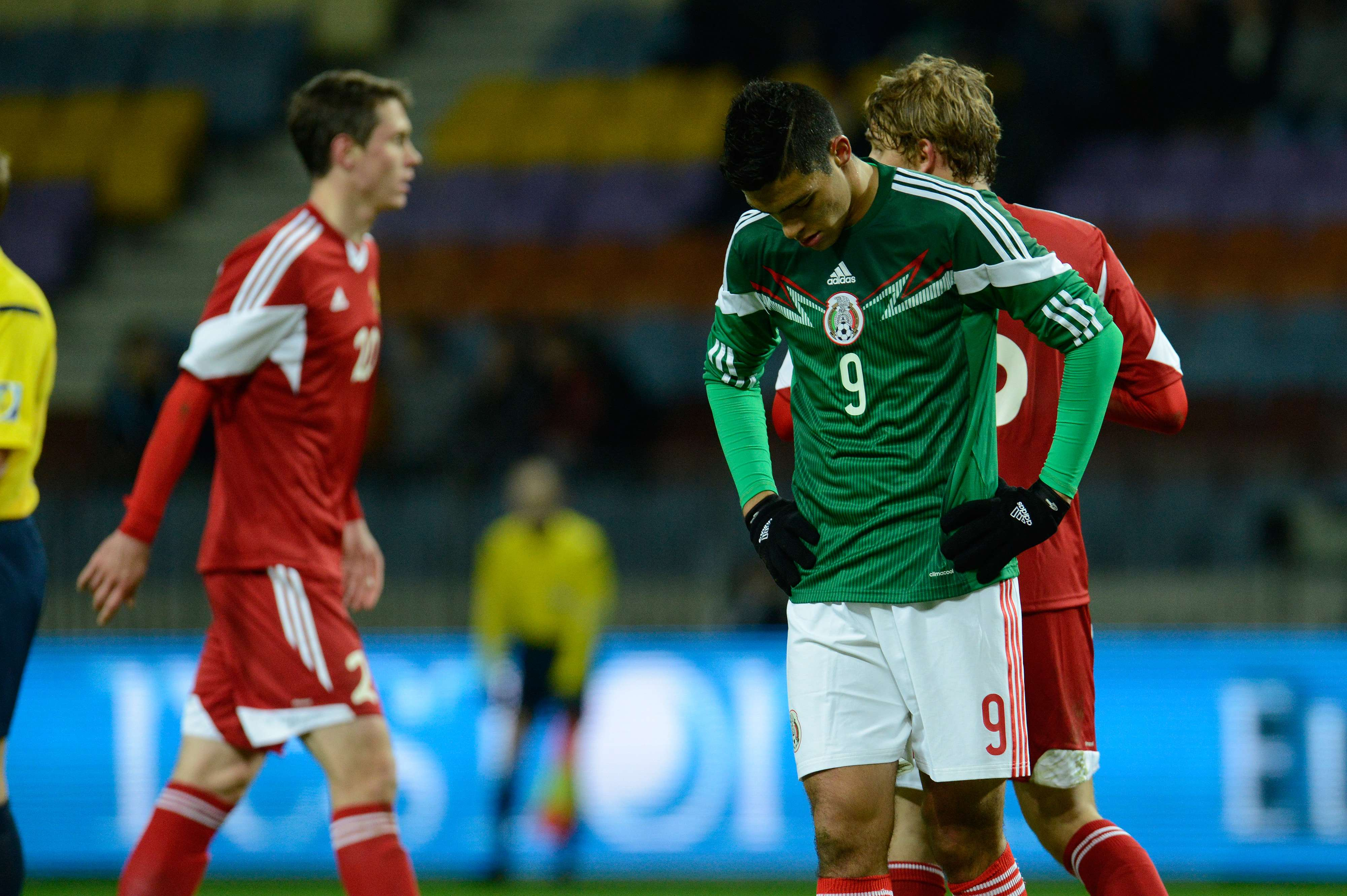 Raúl Jiménez marcó los dos goles en la derrota de México 3-2 ante Bielorrusia. Foto: Mexsport
