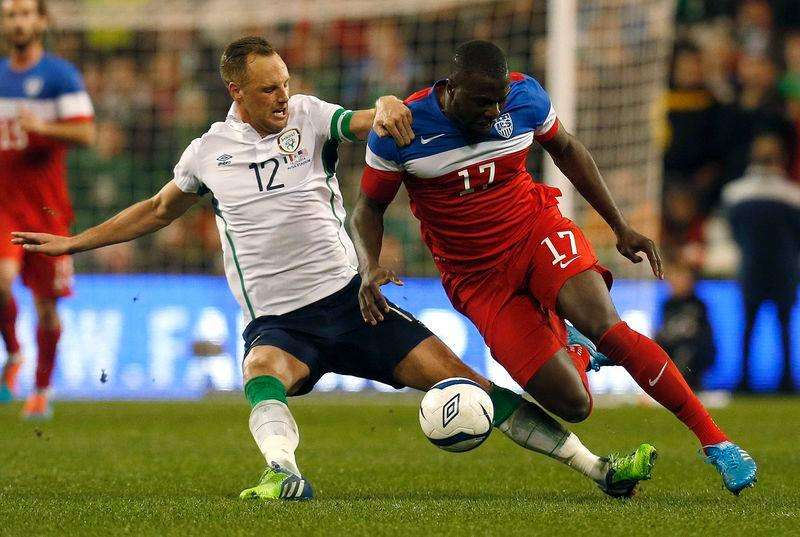 Ireland's David Meyler (L) tackles Jozy Altidore of the U.S during their international friendly soccer match at the Aviva Stadium in Dublin November 18, 2014. Foto: Cathal McNaughton/Reuters
