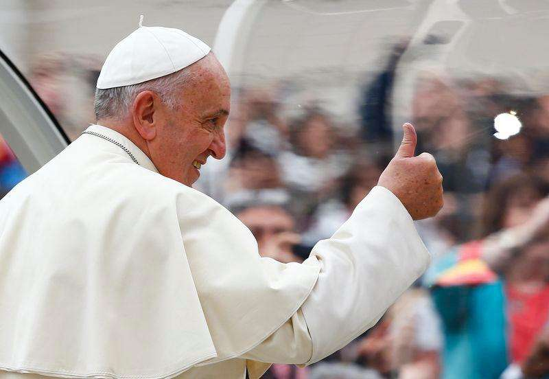 Pape Francisco acena a caminho da Praça de São Pedro, no Vaticano. 12/11/2014 Foto: Tony Gentile/Reuters