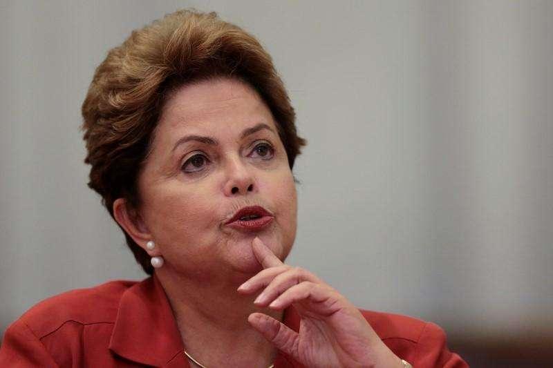 """La presidenta de Brasil durante una conferencia de prensa en Brasilia. Imagen de archivo, 26 septiembre, 2014. La presidenta de Brasil, Dilma Rousseff, está """"cerca"""" de nombrar a un nuevo ministro de Hacienda, dijo el miércoles un funcionario del Gobierno, una elección que definirá si adopta una postura más amigable con el mercado en su segundo mandato o si intensifica sus políticas de izquierda. Foto: Ueslei Marcelino/Reuters"""