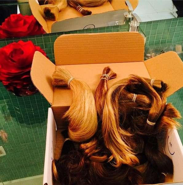 O hair stylist Tiago Parente recolhe as doações de clientes em seu salão e envia para a ONG Cabelegria Foto: @tiparente/Reprodução/Instagram