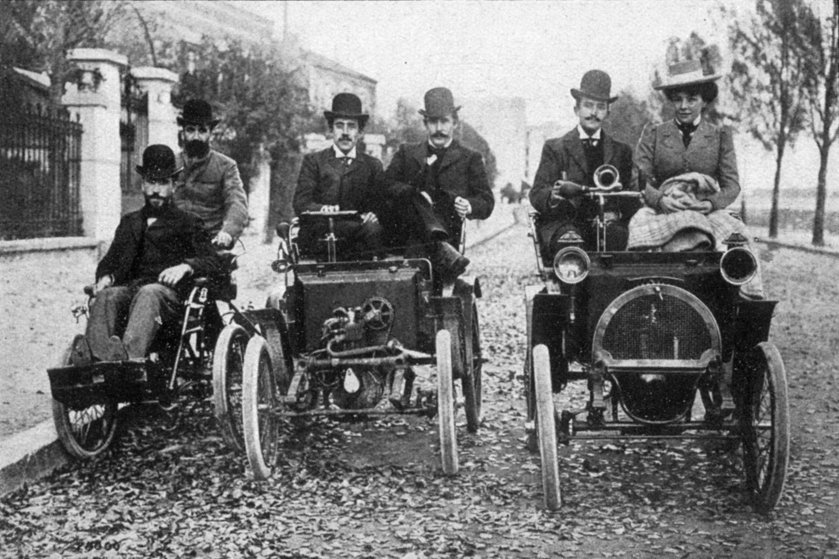 Louis Renault, ao centro, segura o volante do Voiturette, carro que ele criou e que deu origem a uma das maiores montadoras do mundo Foto: Hulton Archive/Stringer/Getty Images