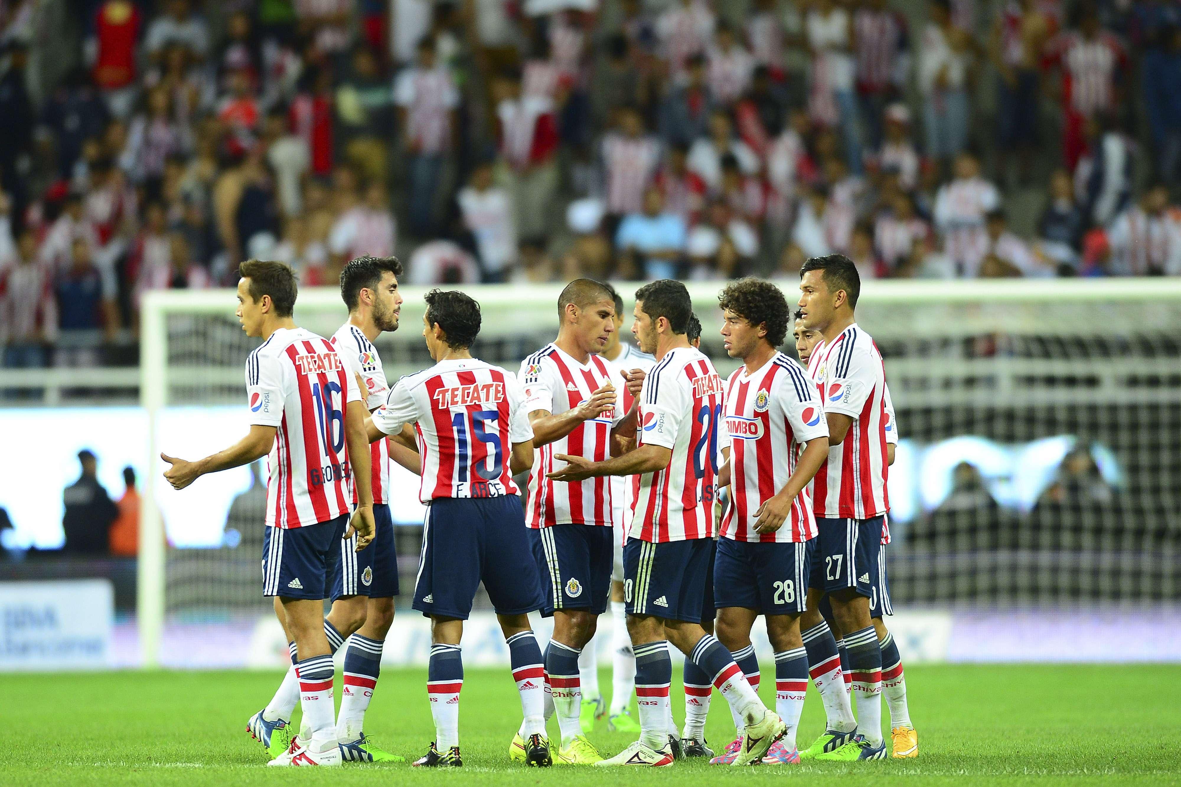 Chivas no pudo despegarse de sus rivales en el Apertura 2014 Foto: Mexsport