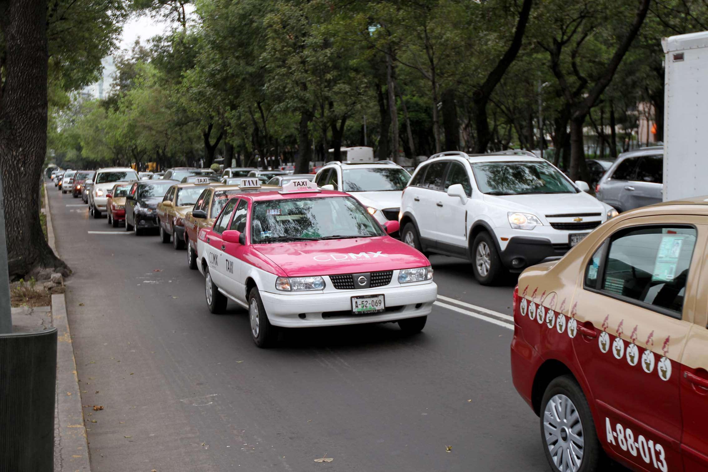 Viajar en taxi es más económico sólo durante el primer año que pagas tu auto nuevo. Foto: Notimex