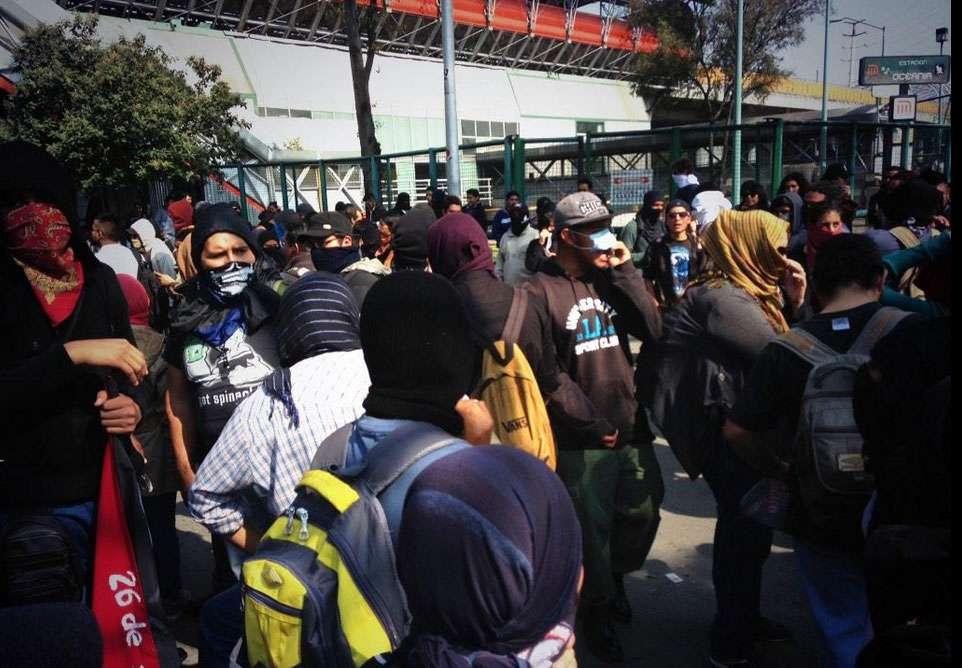 Usuarios en redes sociales evidenciaron concentración de manifestantes fuera de estaciones de metro cerradas. Foto: Twitter / @David_SantiagoH