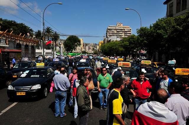 La movilización también llegó a regiones. La imagen es de la calle Pedro Montt en Valparaíso. Foto: Agencia UNO