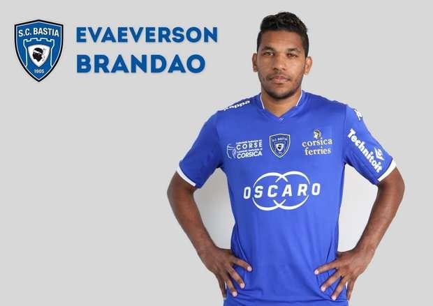 Brandao se irá castigado seis meses por agresión a Motta. Foto: Cortesía Página Oficial Bastia