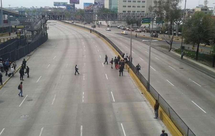 Pese a la tranquilidad fuera del AICM, alrededores hay enfrentamientos. Foto: Reforma