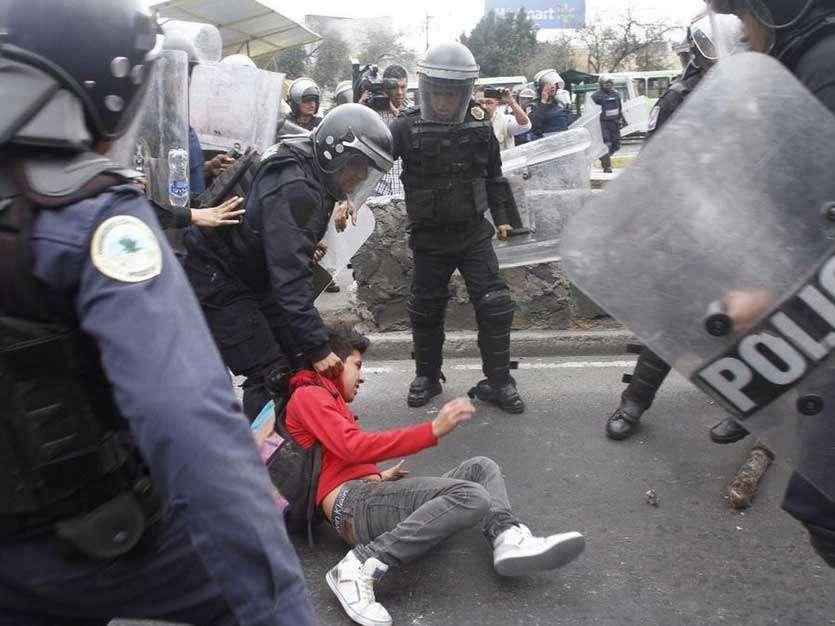 A la altura de Bulevar Puerto Aéreo, un joven fue detenido por participar en los disturbios, y más tarde se reportaron más detenidos. Foto: Quadratín México. Foto: Quadratín México