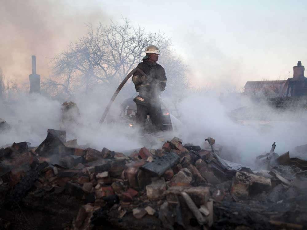 Un bombero en la zona de un incendio tras los bombardeos que destruyeron varias casas en el barrio de Kuibishevskiy, cerca del aeropuerto en la ciudad ucraniana oriental de Donetsk. (Foto: AFP) Foto: AP en español