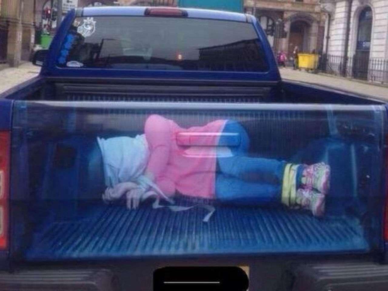 La estampa fue colocada en la parte trasera de una camioneta y se desconoce la razón Foto: Twitter