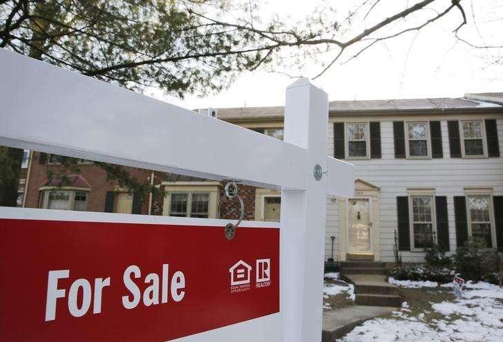 Una vivienda a la venta en Oakton, EEUU, mar 27 2014. Las ventas de casas usadas en Estados Unidos escalaron a su mayor nivel en más de un año en octubre y superaron los niveles de ventas de hace un año por primera vez en el 2014, en una mayor evidencia de que los mercados de la vivienda están en un camino de recuperación. Foto: Larry Downing/Reuters
