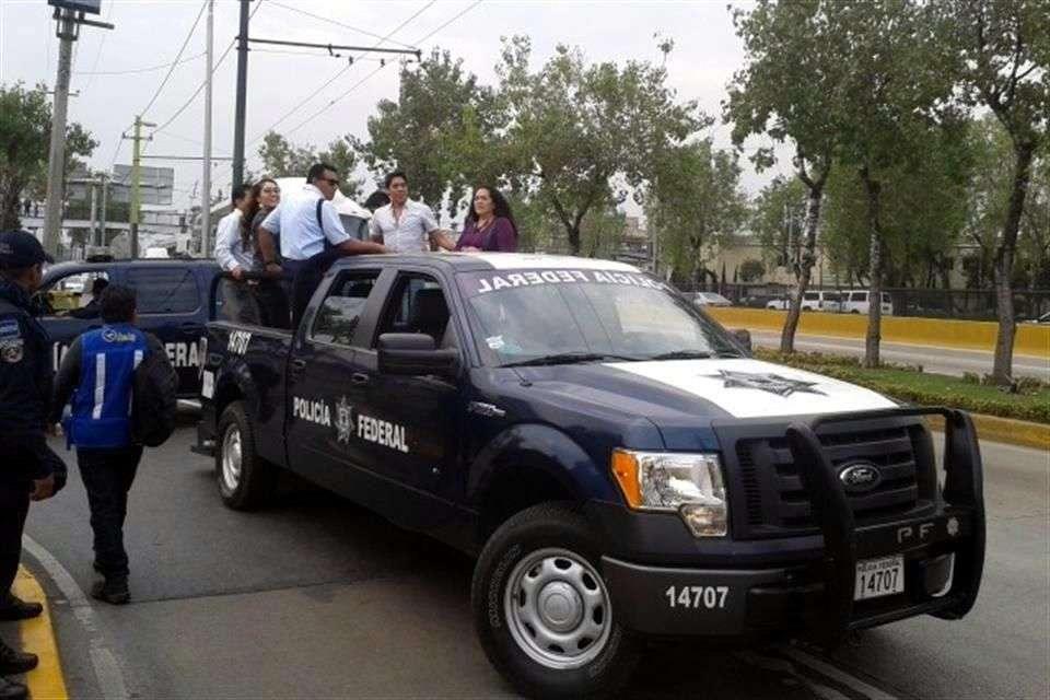 Debido a las pocas alternativas viales, policía auxilió a viajeros para llegar a sus vuelos. Foto: Reforma