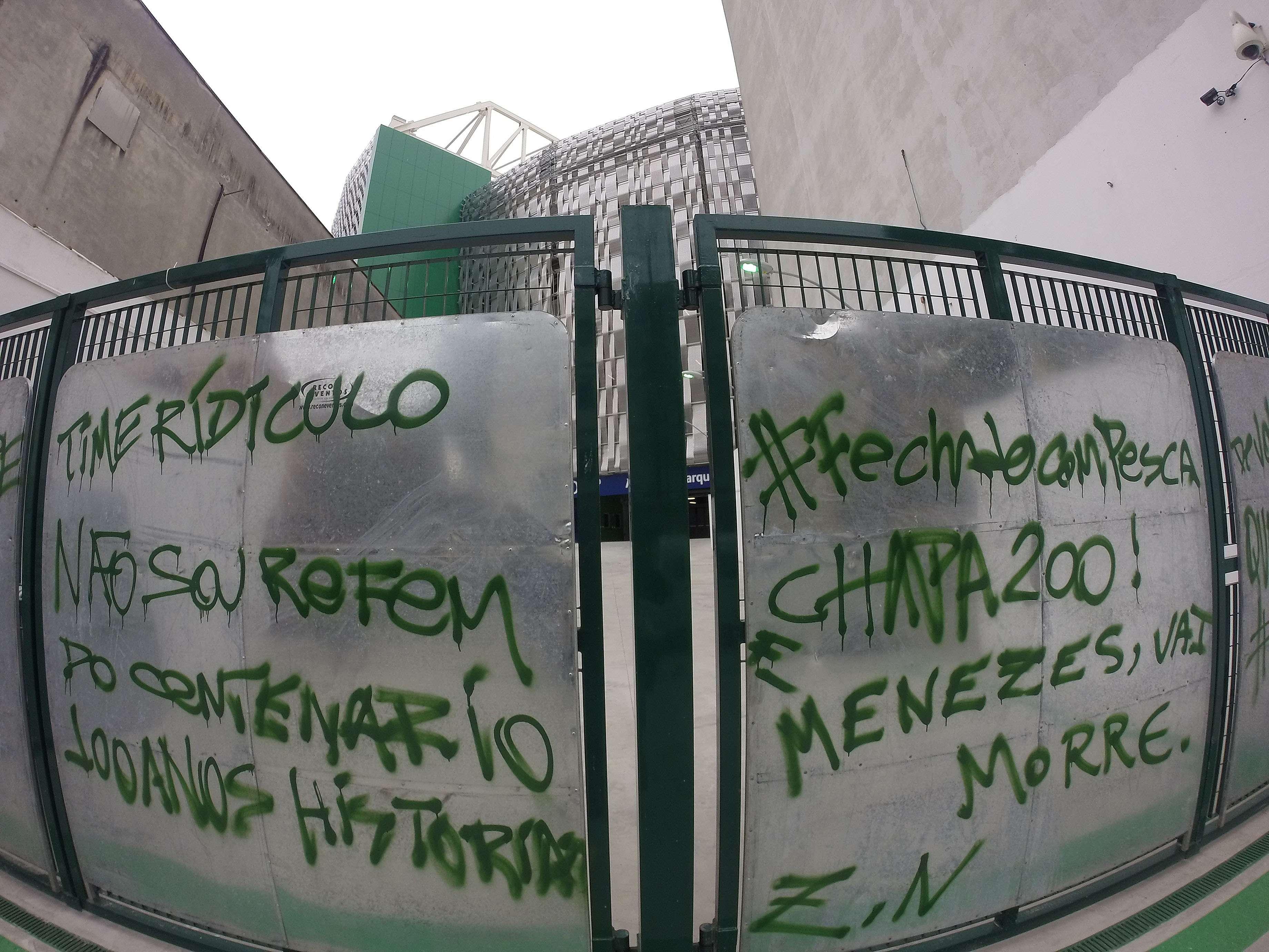 Portões tiveram diversas mensagens agressivas e até ameaça de morte Foto: Reginaldo Alves de Castro/Gazeta Press