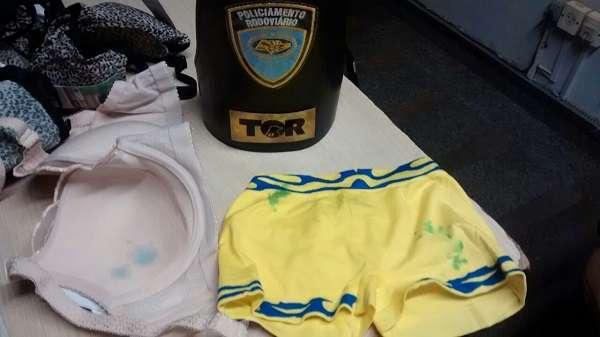 Em cinco apreensões realizadas desde a última sexta-feira, os patrulheiros apreenderam mais de três toneladas de roupas engomadas com cocaína Foto: Divulgação