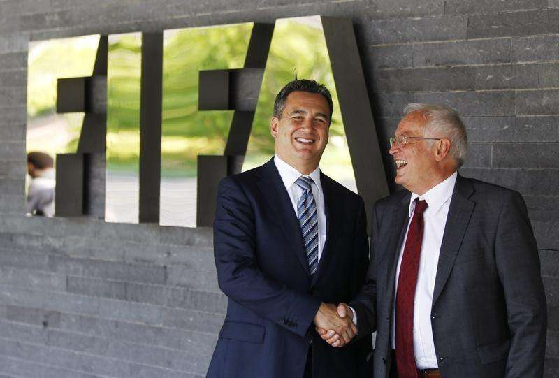 Michael J. Garcia, Chairman of the investigatory chamber of the FIFA Ethics Committee (L) and Hans-Joachim Eckert, Chairman of the adjudicatory chamber of the FIFA Ethics Committee shake hands as they pose for photographers after a news conference at the at the Home of FIFA in Zurich July 27, 2012 Foto: Michael Buholzer/Reuters