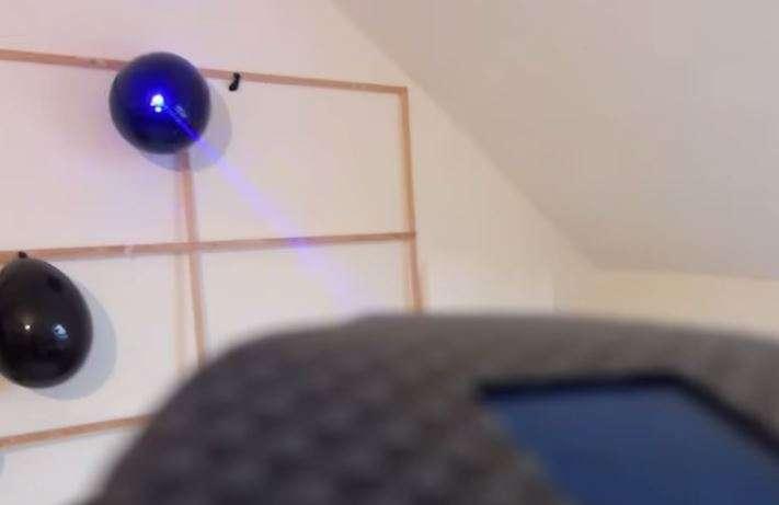 Relógio é capaz de perfurar bexigas com seu raio laser Foto: YouTube\Laser-Gadgtes.com/Reprodução