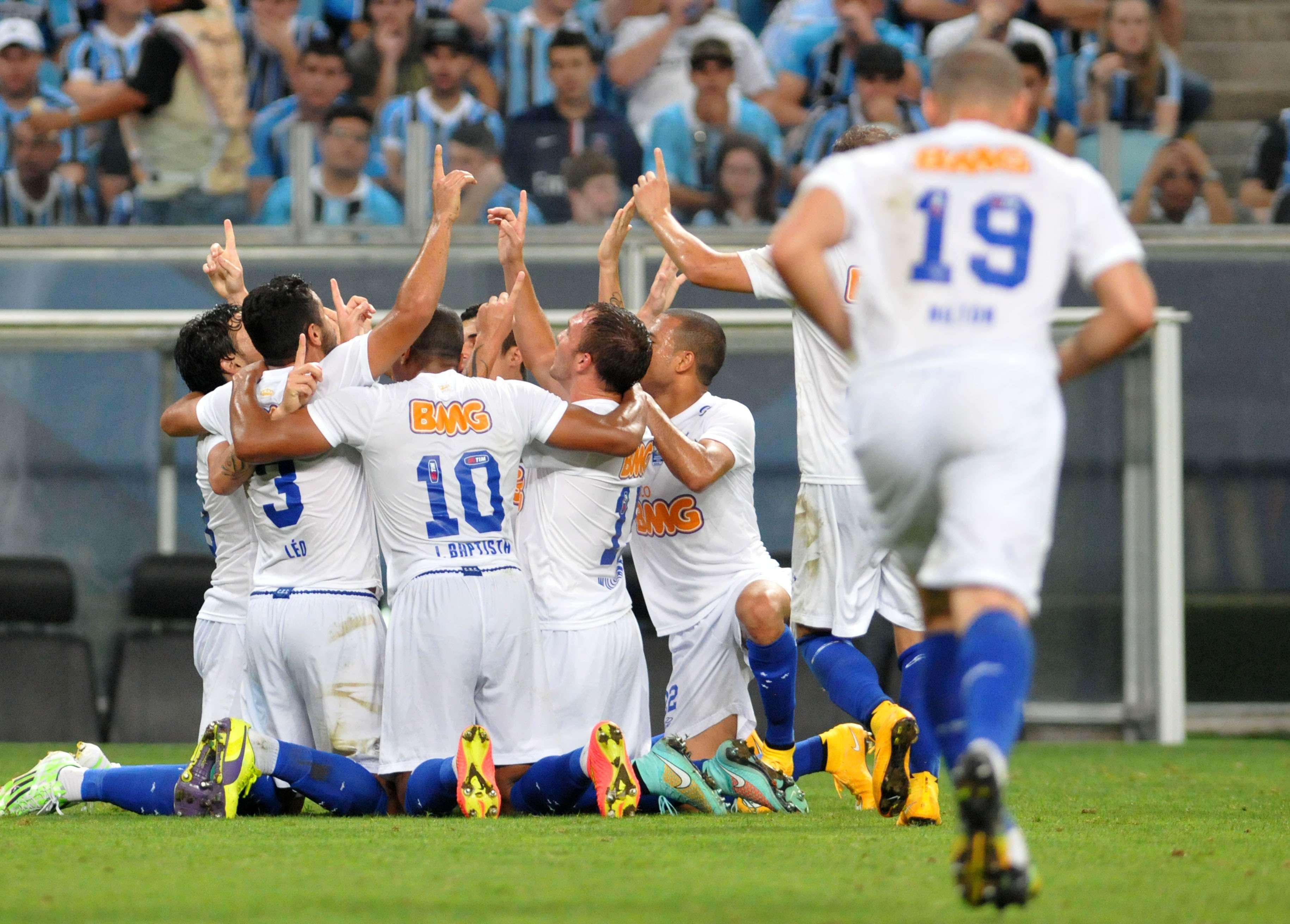 Cruzeiro conseguiu grande virada na Arena Grêmio e ficou a uma vitória do título brasileiro Foto: Ricardo Rimoli/Agência Lance