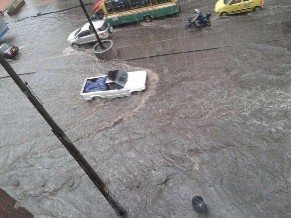 Las fuertes lluvias que han caído en Bogotá siguen generando inundaciones. En esta ocasión, la calle 67 con séptima se vio afectada por el agua. Los carros y motos tuvieron dificultad para poder transportarse. Foto: Nidya Hernández