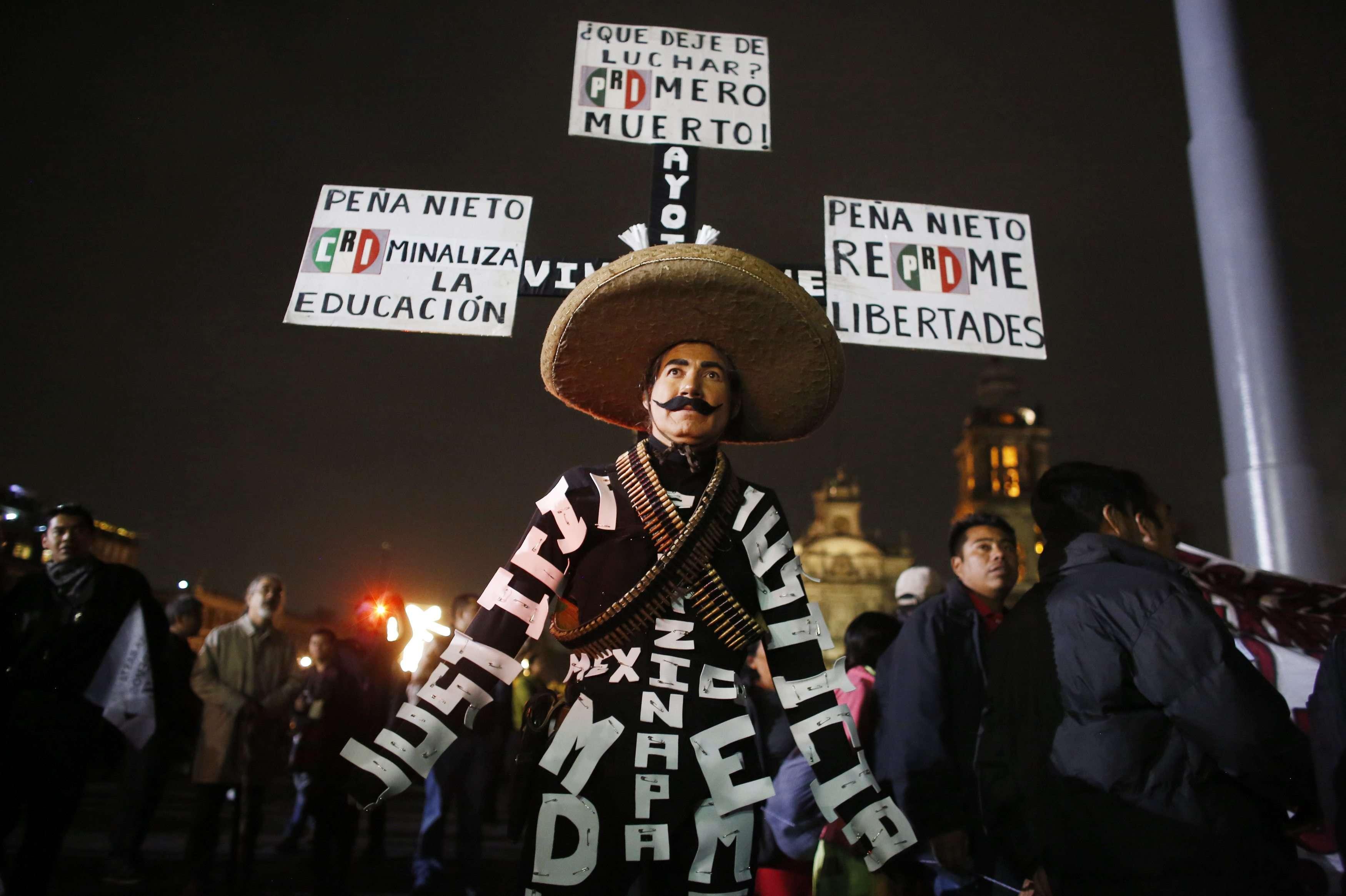 Miles de personas recorrieron el DF mexicano este 21 de noviembre en apoyo a los 43 estudiantes desaparecidos y sus familias, y contra el presidente Enrique Peña Nieto. Foto: Reuters en español