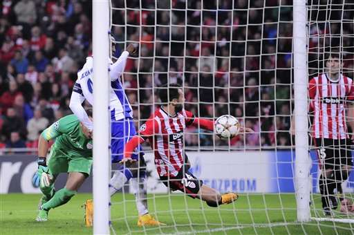 FC Porto's Jackson Martinez, left, scores his goal against Athletic Bilbao, during the Champions League Group H soccer match between Athletic Bilbao and FC Porto, at San Mames stadium, in Bilbao, northern Spain, Wednesday, Nov. 5, 2014. (AP Photo/Alvaro Barrientos) Foto: AP en español