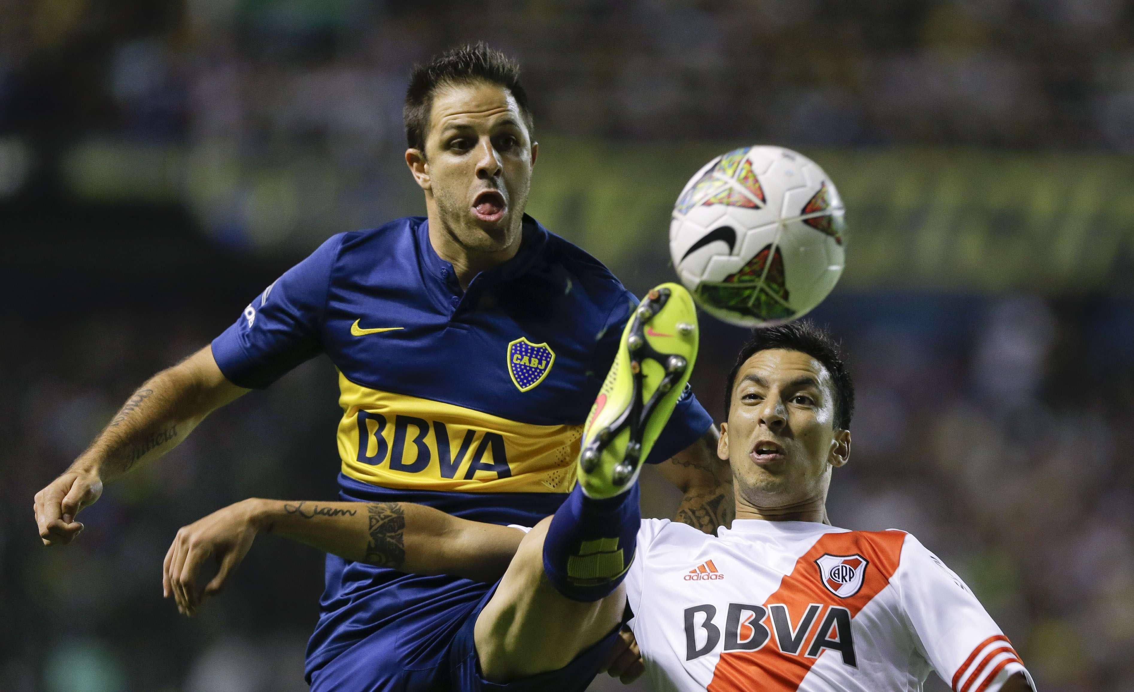 Martínez salió lesionado tras la patada de Vangioni. Foto: AFP en español