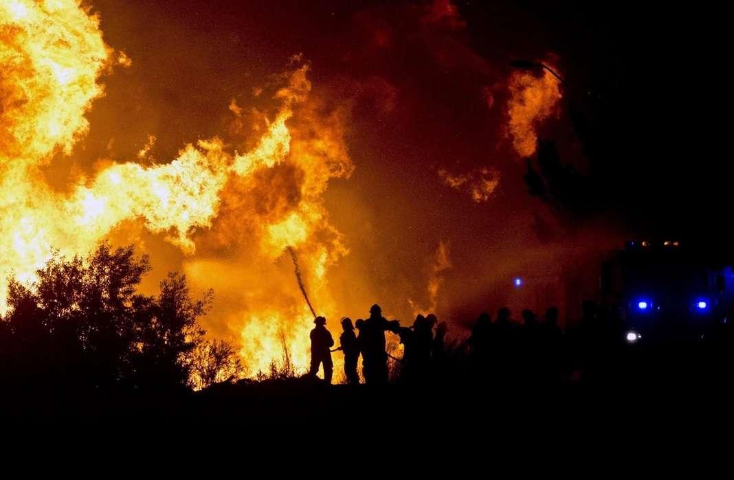 Incêndio no norte do país deixou dois desaparecidos e ao menos 200 prejudicados Foto: NPR/Reprodução