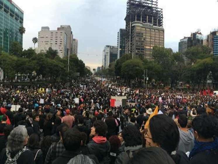 7. Al menos 15,000 personas se concentraron en el Ángel. (Foto: Twitter/@guirichuirer). Foto: Twitter/@guirichuirer