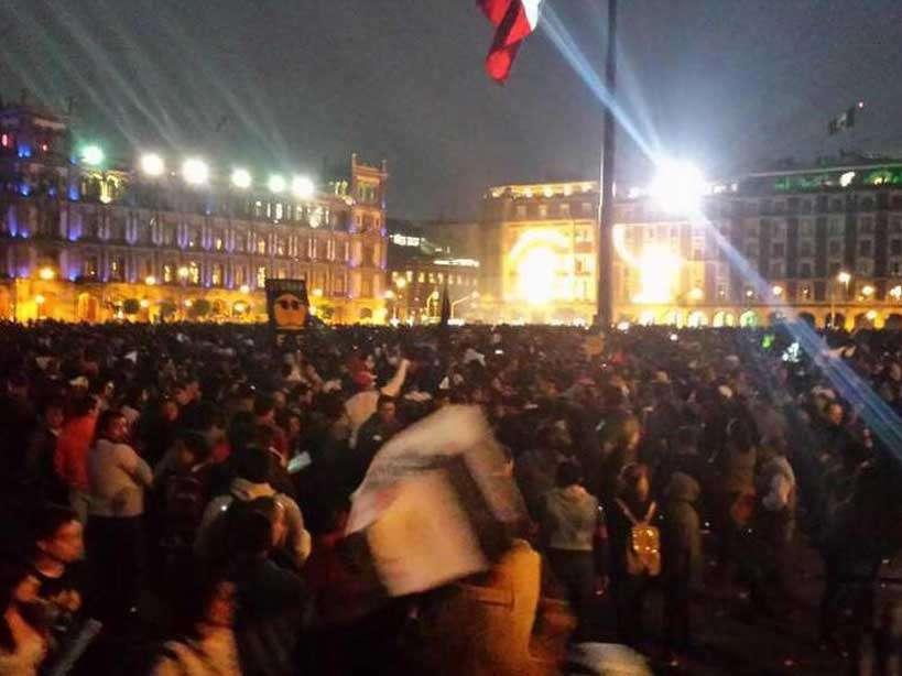 Llegada al Zócalo. Alrededor de las 19:00 horas, en la plancha de la Plaza de la Constitución ya había una concentración de cientos de personas que arribaron desde alguno de los tres puntos de arranque de las movilizaciones. (Foto: Twitter/@guirichuirer). Foto: Twitter/@guirichuirer
