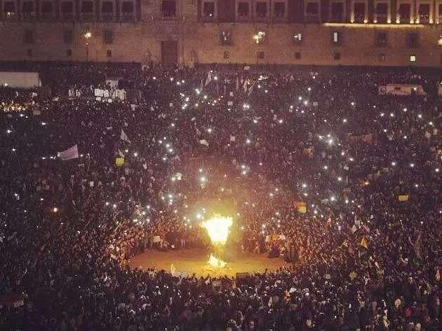 A la llegada de los contingentes de las tres marchas, siguió la quema de una figura del presidente Enrique Peña Nieto en la plancha del Zócalo. Foto: Twitter/@anticorrupcion_