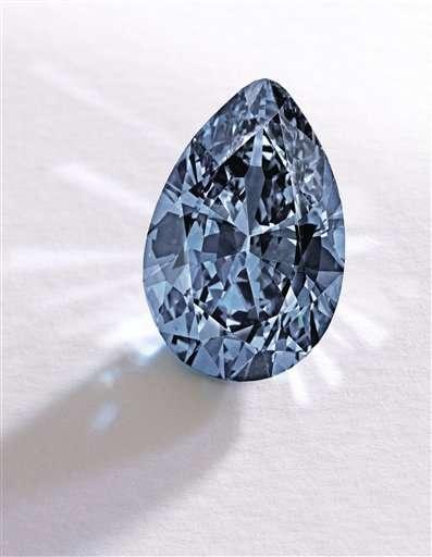 El diamante azul pesa 9,75 quilates y fue vendido en 32,6 millones de dólares. Foto: AP en español