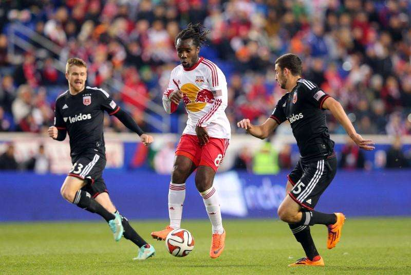 Nov 2, 2014; Harrison, NJ, USA; New York Red Bulls forward Thierry Henry (14) controls the ball against D.C. United defender Chris Korb (22) during the first half at Red Bull Arena. Mandatory Credit: Brad Penner- Foto: Reuters en español